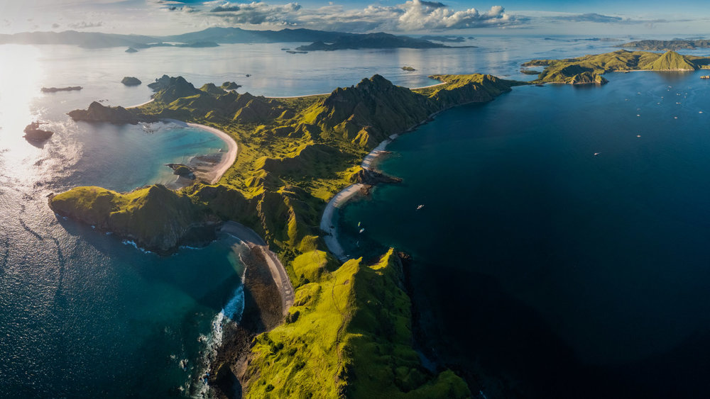 The whole Padar island can be seen with its beautiful hills | Hello flores