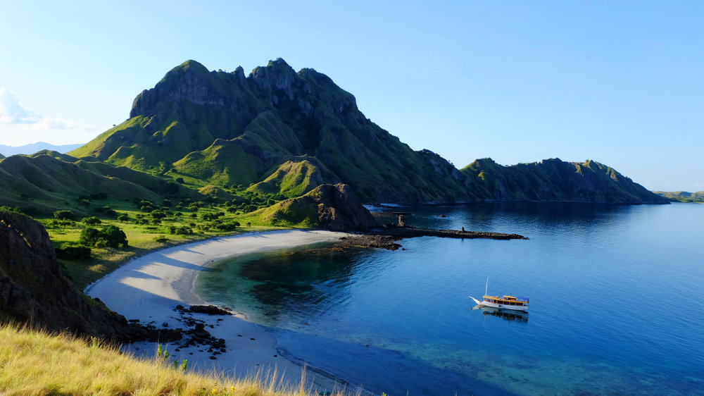 A boat approaching Padar island beach on a sunny day | Hello flores