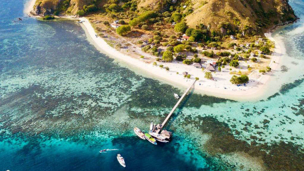 The beautiful Kanawa island provides a tourist area near the beach | Hello flores