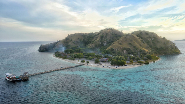 A stunning view of Kanawa island with a nice cloudy sky | Hello flores