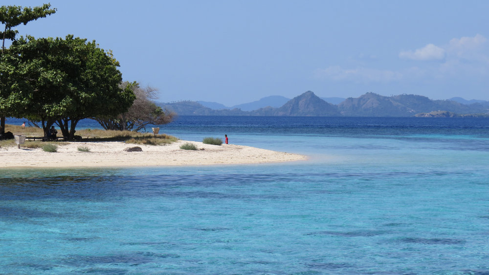 Kanawa island with its magnificent view on the shore | Hello flores