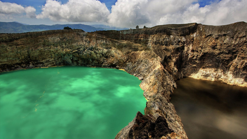 The water in Kelimutu lake is changing colors periodically | Hello Flores