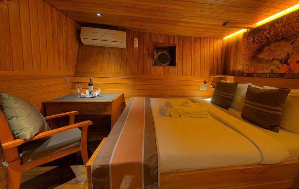 Damai Liveaboard Intimate Bed Cabin | Hello Flores