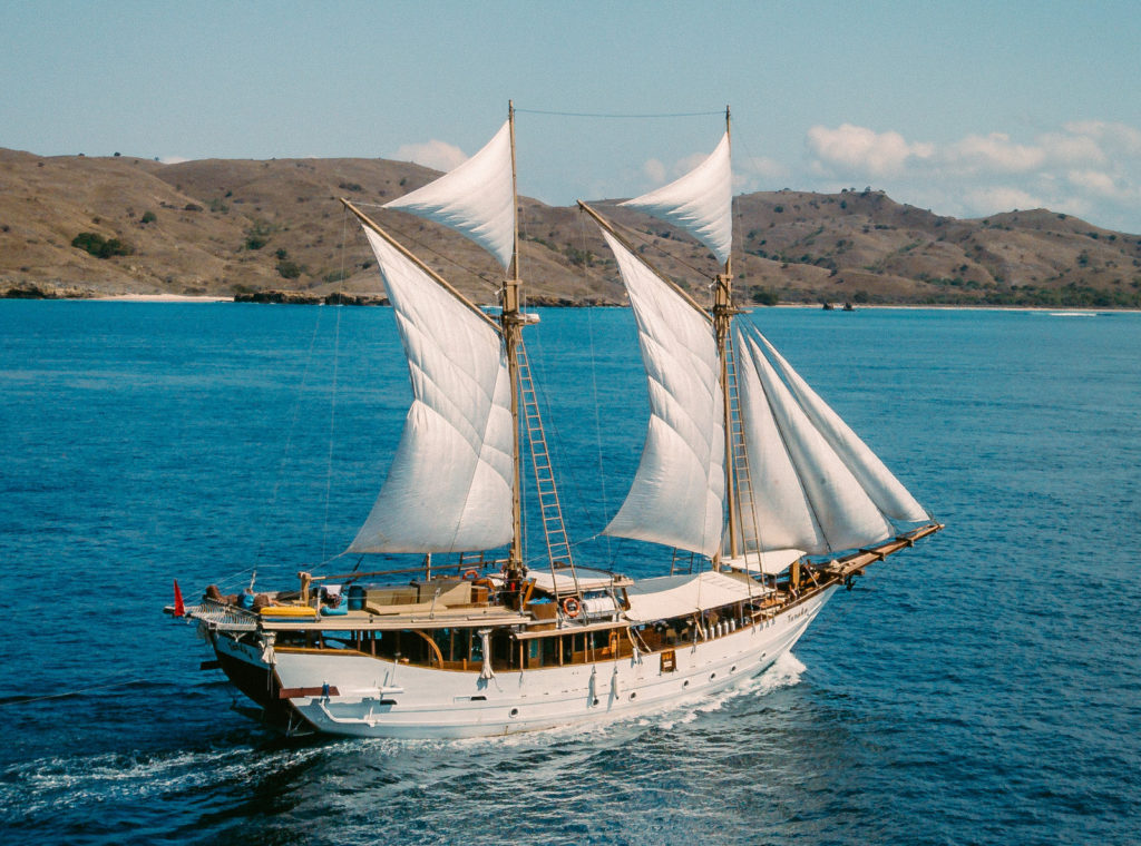 Tanaka Liveaboard Astonishing Boat | Hello Flores