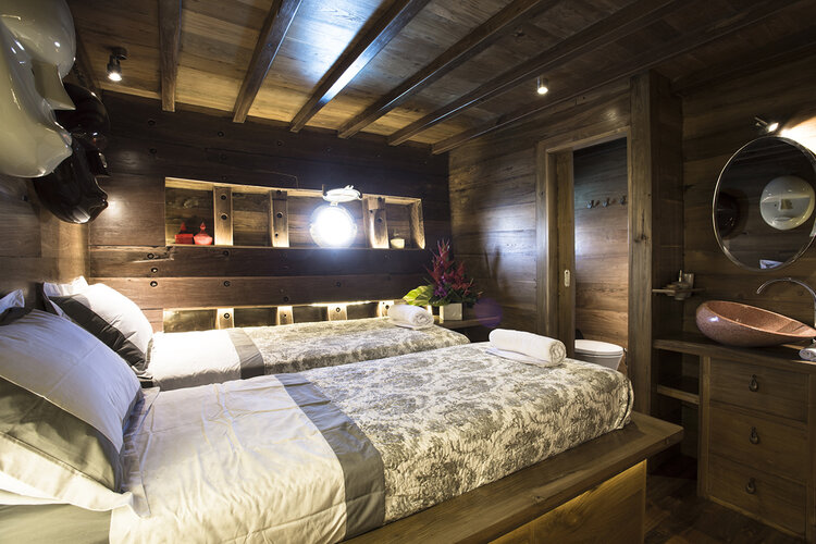 Twin bedroom in Tiare liveaboard includes a private bathroom | Hello Flores