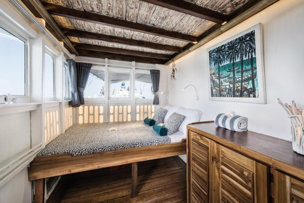 Royal Fortuna Liveaboard Cozy Rest Area   Hello Flores