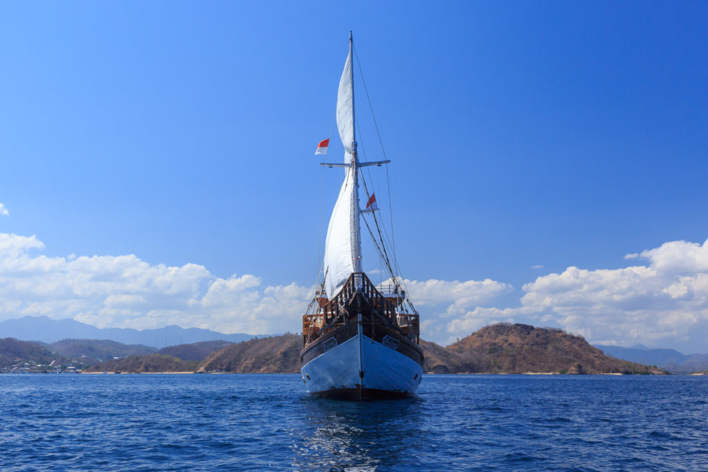 Helena Liveaboard Towering Cruise | Hello Flores