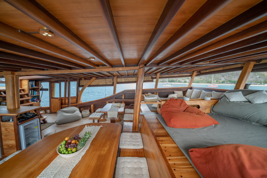 Jakare Liveaboard Amazing Tropical Lounge | Hello Flores