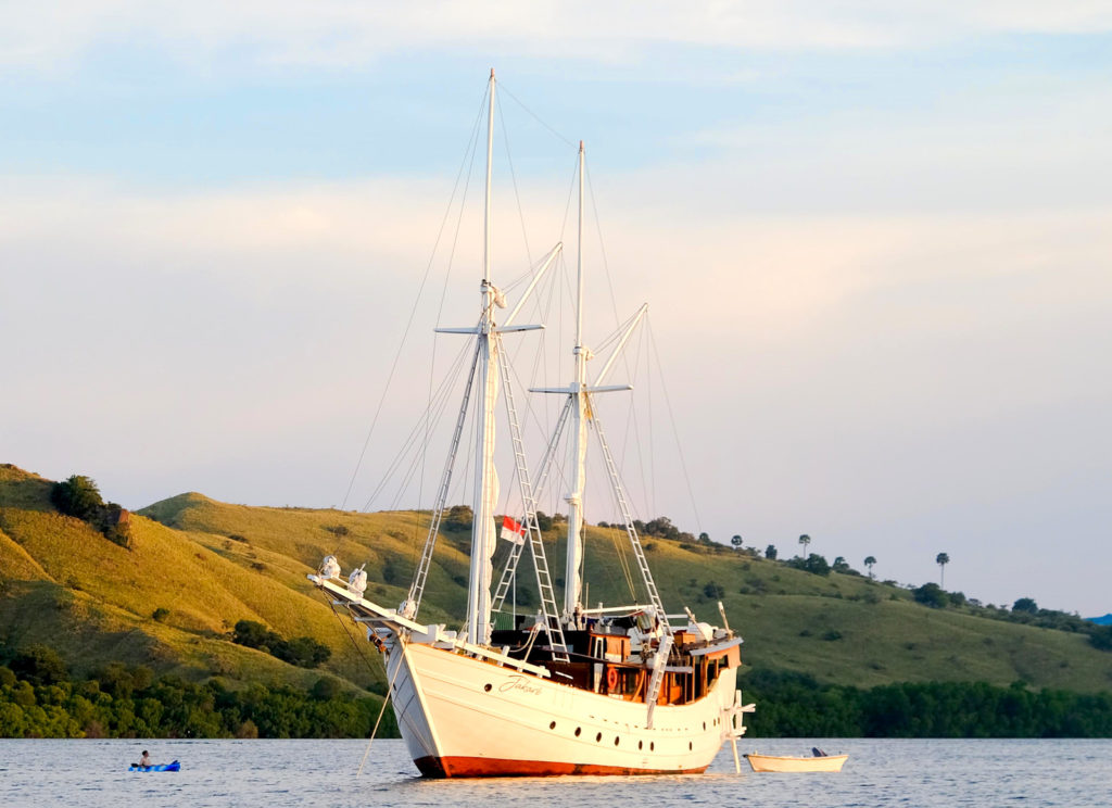 Jakare Liveaboard Beauty Ship | Hello Flores