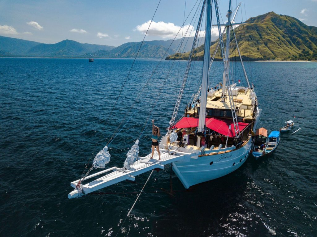 Jakare Liveaboard Adventure to Infinity Blue Sea | Hello Flores