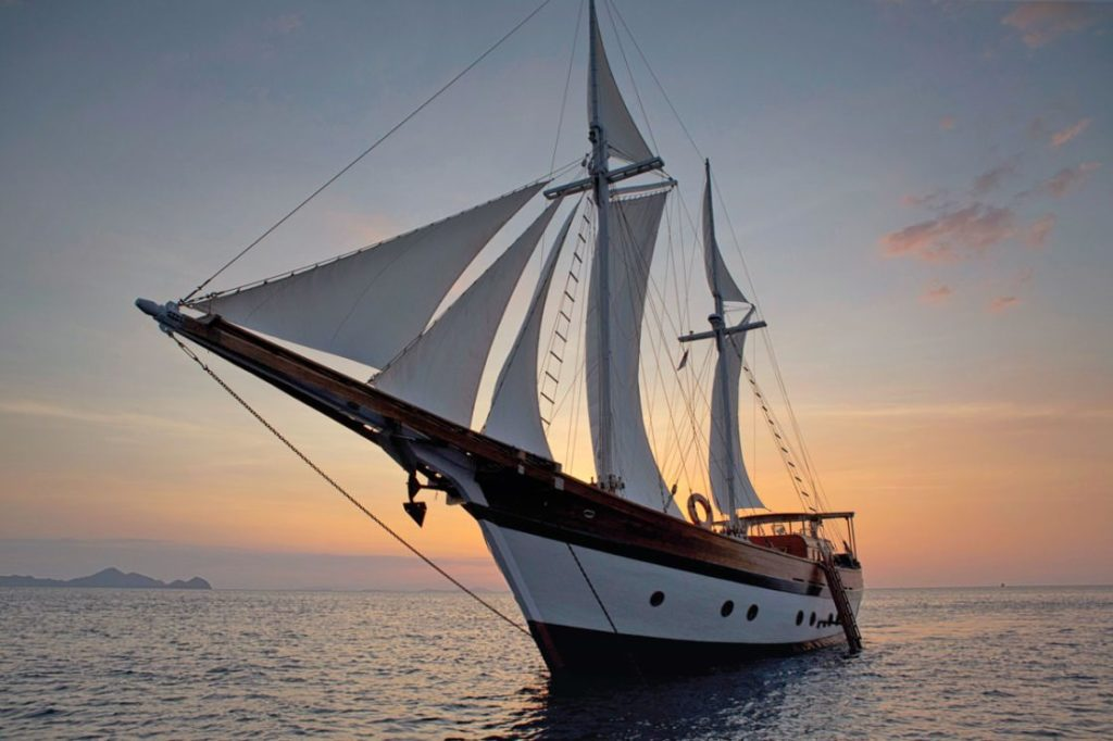 Mantra Liveaboard Sunset View | Hello Flores