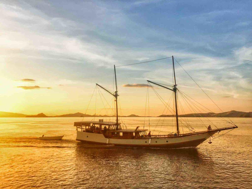Samara Liveaboard Beneath the Sunset | Hello Flores