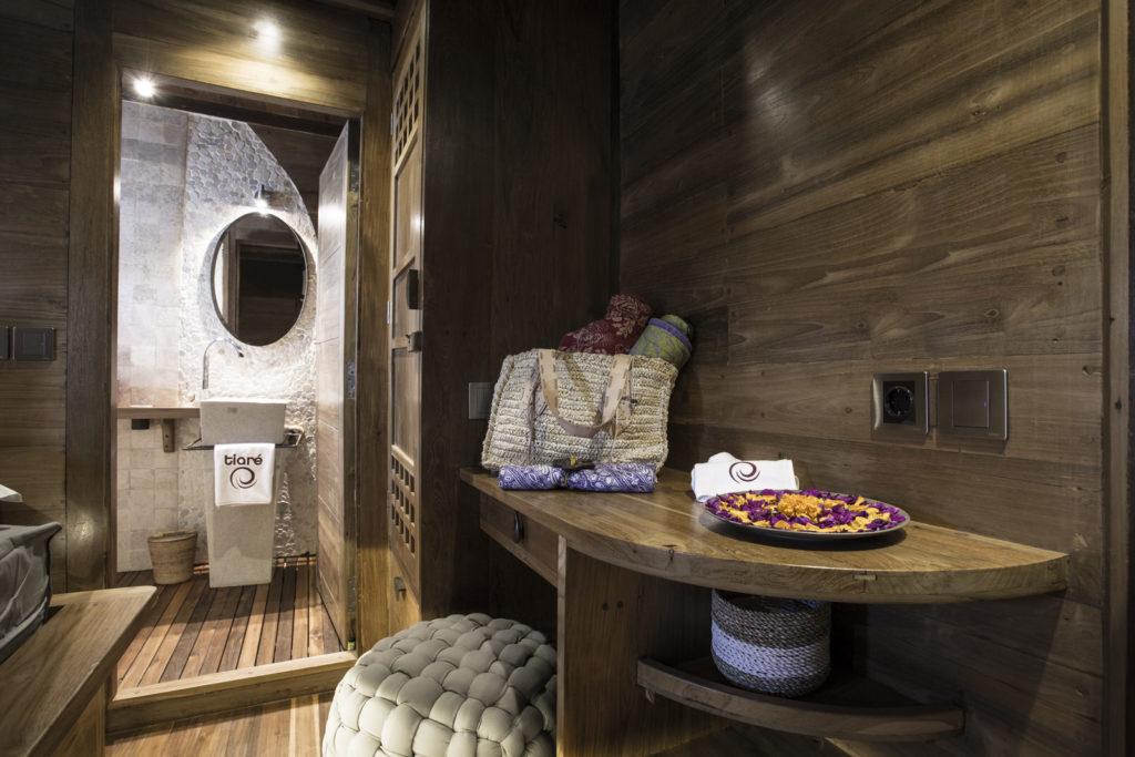 Tiare Liveaboard Tropical Bathroom | Hello Flores