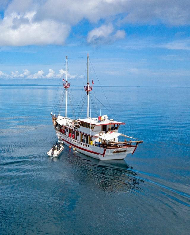 The back view of Sinar Pagi liveaboard | Hello Flores