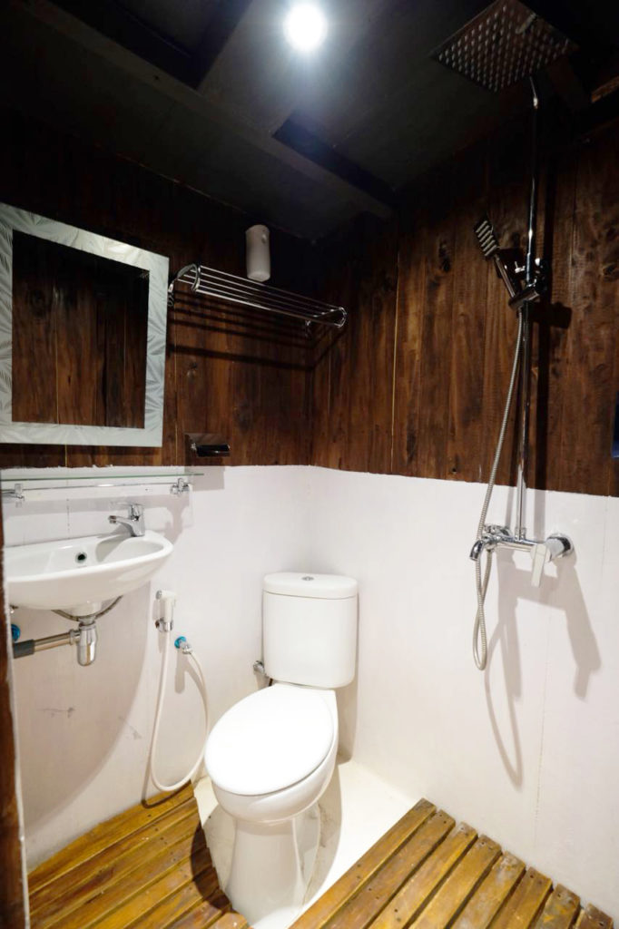 A private bathroom in Derya liveaboard cabin | Hello Flores