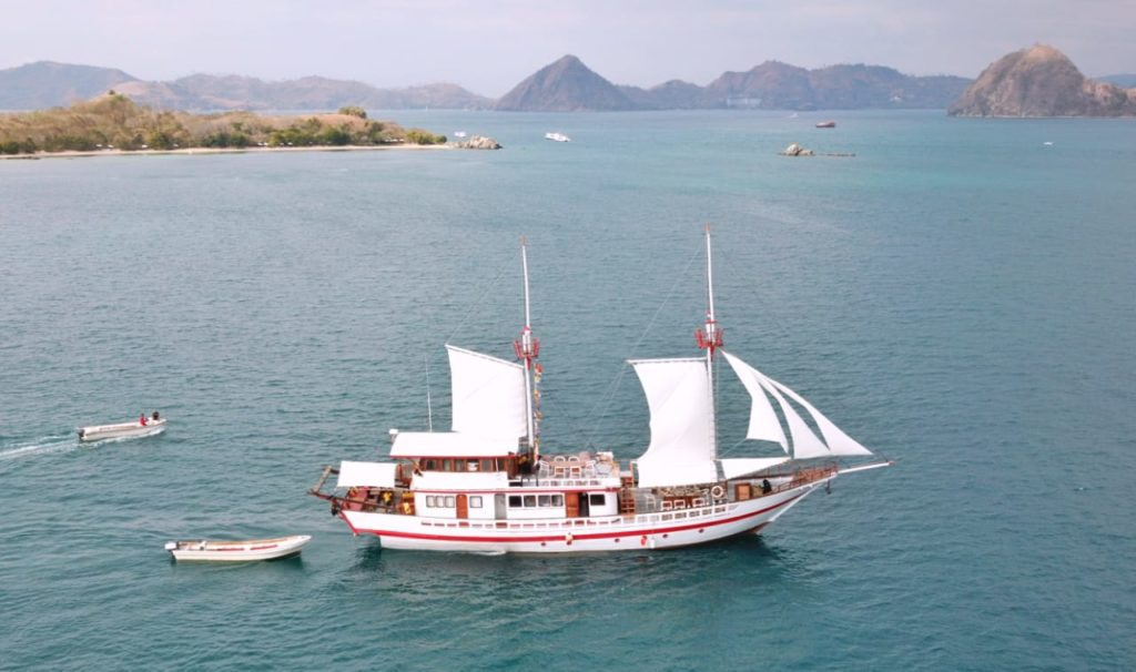 Sinar Pagi liveaboard sailing to flores | Hello Flores