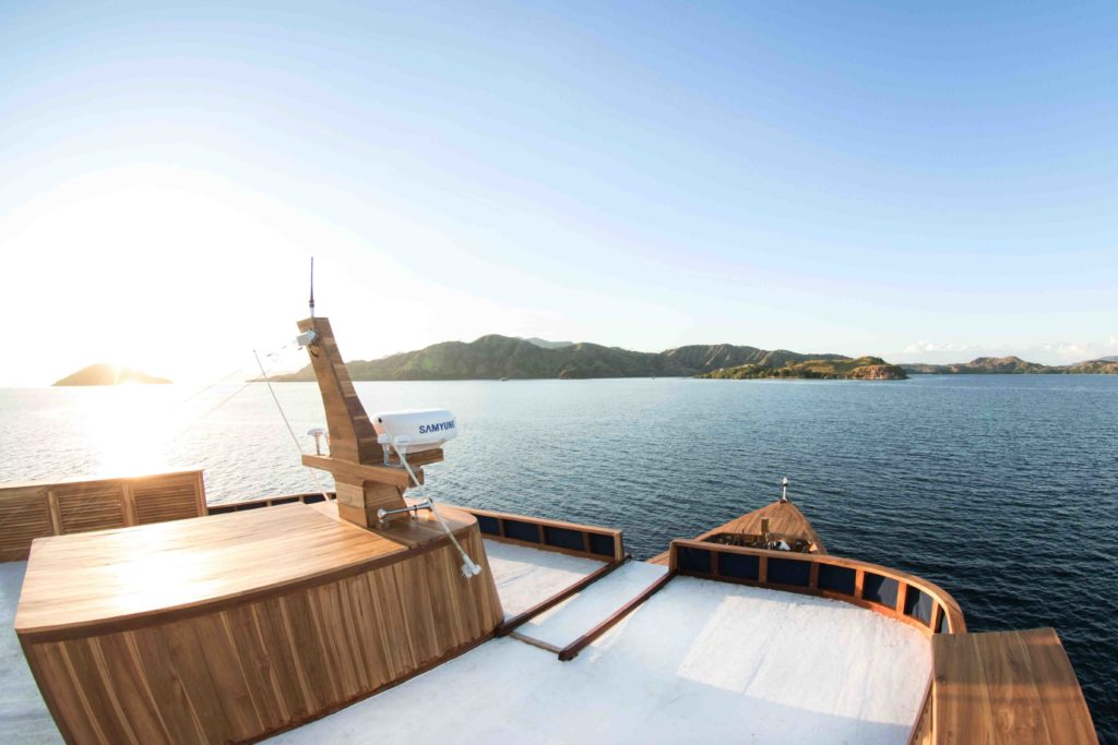 Afternoon view in Magia 2 liveaboard upper deck | Hello Flores