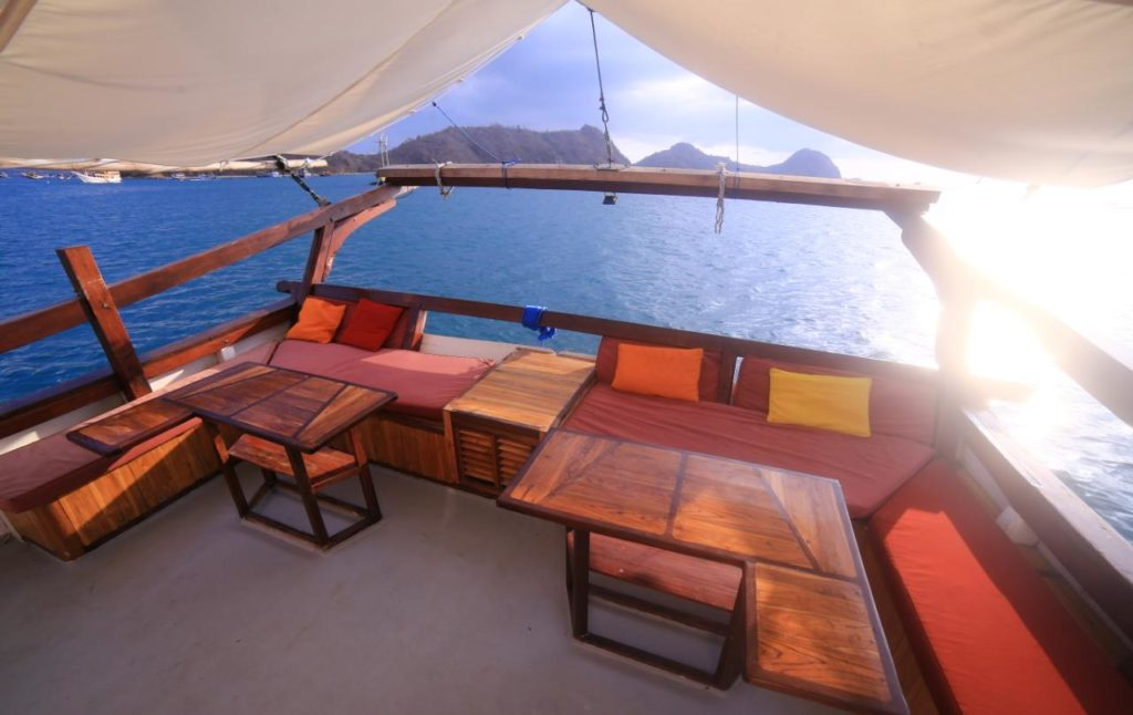 The upper deck in Sinar Pagi to enjoy the scenery | Hello Flores
