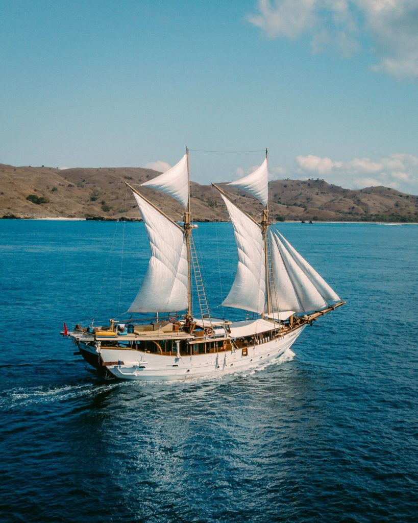 Sailing the sea with a liveaboard | Hello Flores