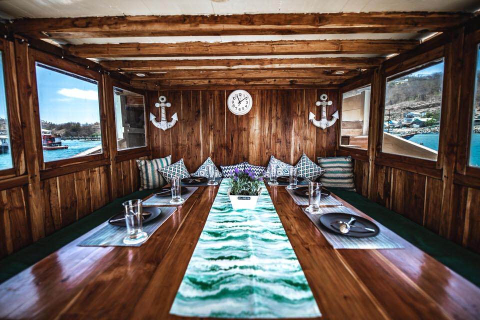Lalunia Liveaboard Luxury Lounge | Hello Flores