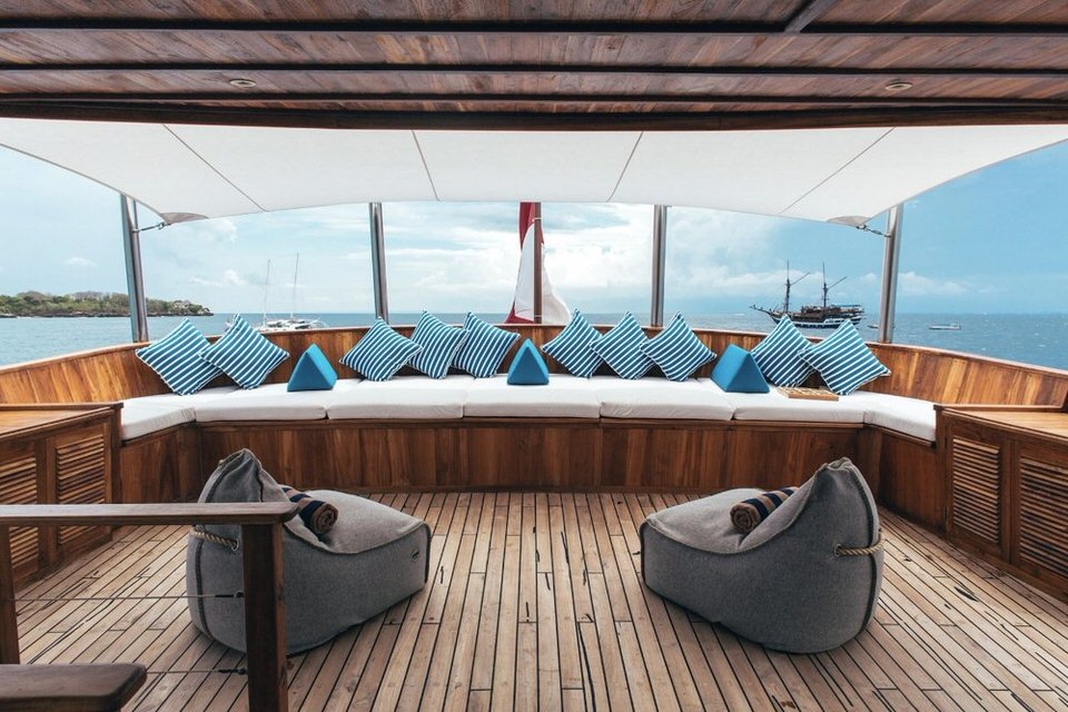 Rascal Liveaboard Great Ambience | Hello Flores