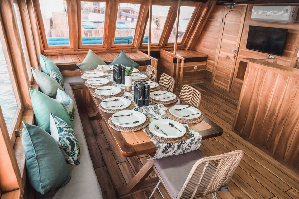 Navila Liveaboard Lounge Special | Hello Flores