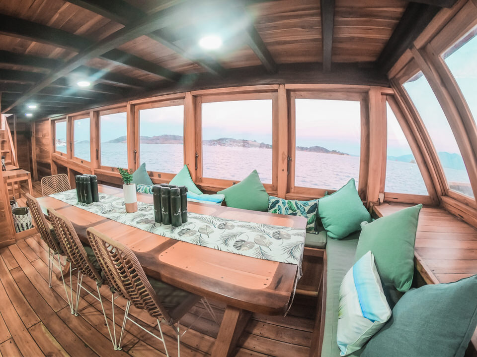 Navila Liveaboard Extensive Lounge | Hello Flores