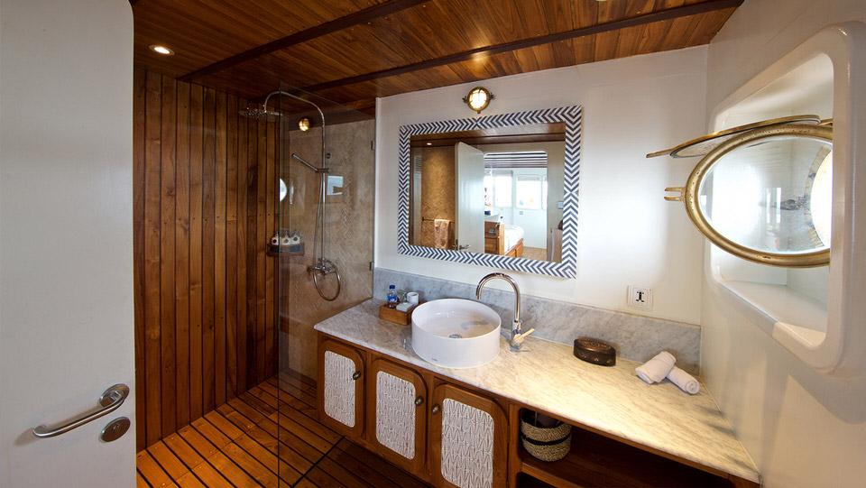 Rascal Liveaboard Outstanding Bathroom | Hello Flores